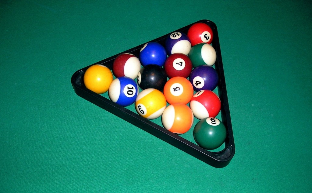billiards-balls-in-a-triangle-1420376-1278x956